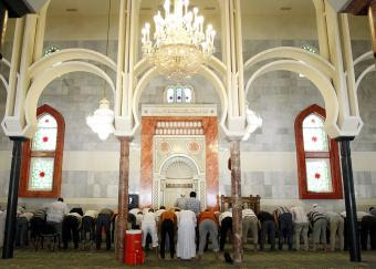 Varios fieles rezan ayer en la mezquita de la M-30.