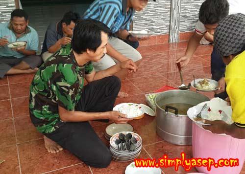 """MAKAN SIANG : Para petugas (Panitia) qurban istirahat dan makan siang. Merekalah """"pembunuh"""" nya (Baca : tukang potong Hewan Qurban).   Foto Asep Haryono"""