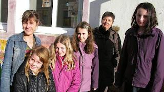 Les quatre jeunes choisies pour représenter l'école, accompagnées de Noëlle Gauchet et Patricia Hellec.