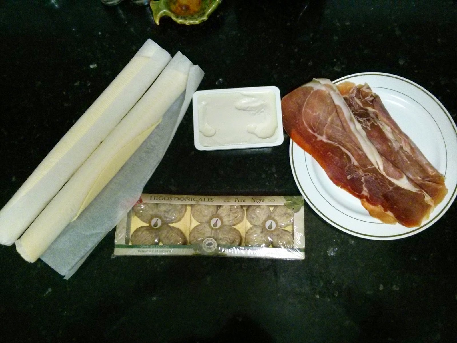 Empanada de jamón, higos y queso azul