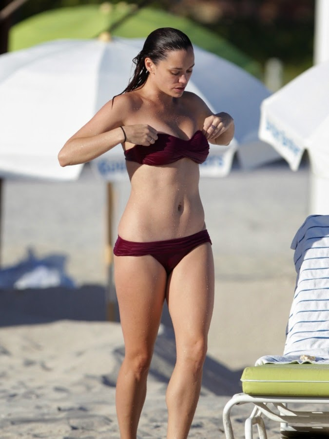 Jessica Sutta in Hot Bikini slipping bra