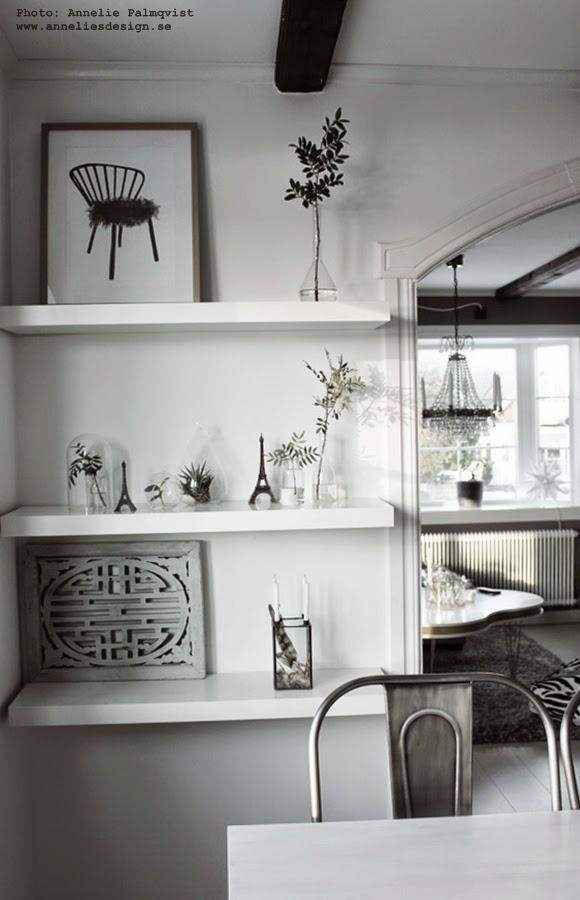 gröna växter på hylla i köket, kökets, kök, växt, grönt, vitt, vit hylla, ikea, eiffeltorn inredning, inredningsdetaljer, svartvita posters, svartvit tavla, tavlor, prints, konsttryck, annelies design,