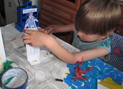 ребенок рисует город