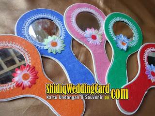 http://www.shidiqweddingcard.com/2015/07/souvenir-cermin-bundar.html