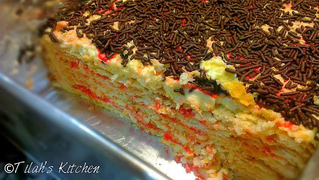 A delectable no bake cheesecake layered with cream crackers, strawberry syrup and nestum cereal topped with chocolate rice.  Simply awesome!