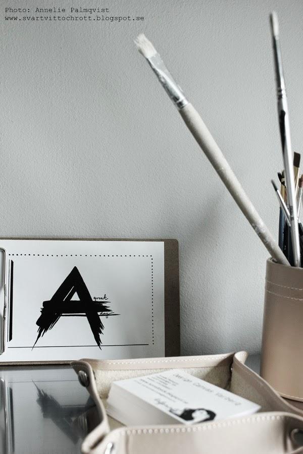 liten clipboard, vykort svartvitt motiv, design canvas varberg, pensel, penslar, visitkort i ask, detaljer på skrivbordet, set, vykort med motiv i set om fyra stycken