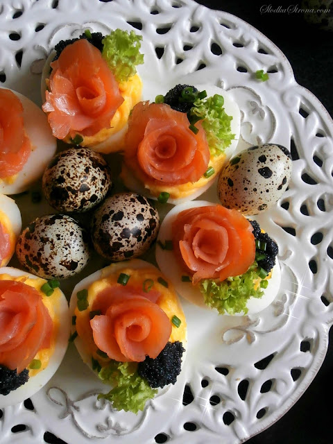 Jaja Faszerowane z Łososiem Wędzonym i Kawiorem (Różyczki) - Przepis - Słodka Strona