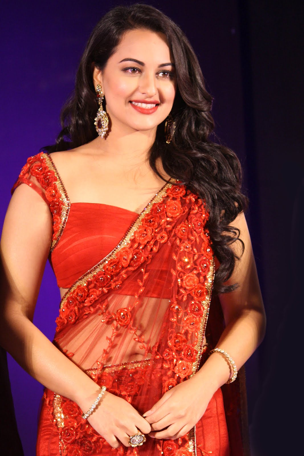 Sonakshi Sinha Looks Sexy In Red Saree At The India Bridal Fashion Week 2012.