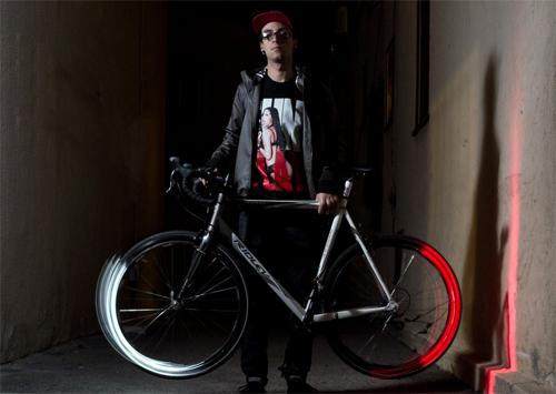 車輪にLED照明が組み込まれたユニークな夜間走行時のソリューションを持つ自転車。