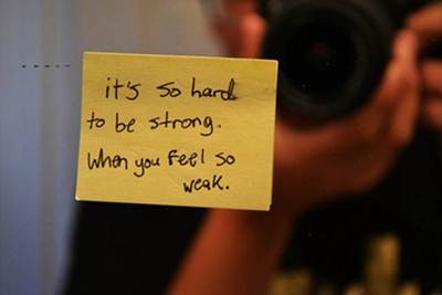 Es tan difícil ser fuerte, cuando te sientes tan débil.