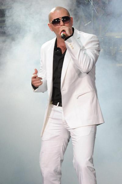 Cantante Pitbull cantando