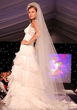 Carolina Ardohain con vestido de novia en desfile