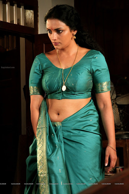 Shwetha Menon sareeless showing navel sexy picture hot