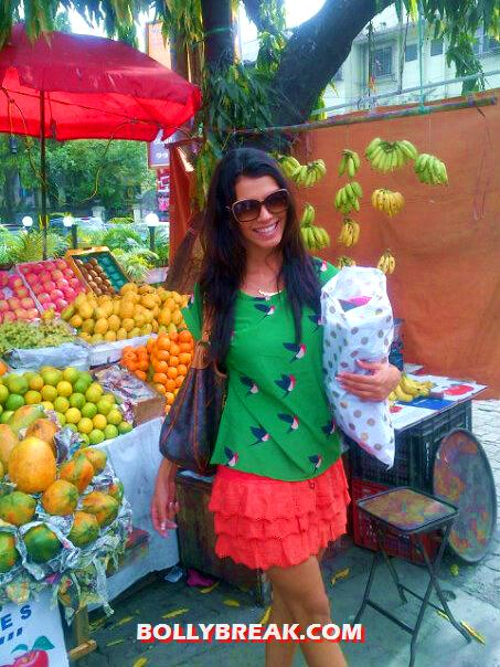 Gabriela Bertante shopping for fruit in short skirt - (4) - Gabriela Bertante at Movie Sets photos
