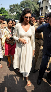 Deepika Padukone Pictures at Siddhivinayak Temple visit in Mumbai ~ Celebs Next