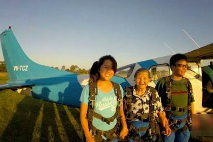 Nenek 81 Tahun Ini Lakukan Aksi Ekstrem Terjun Payung
