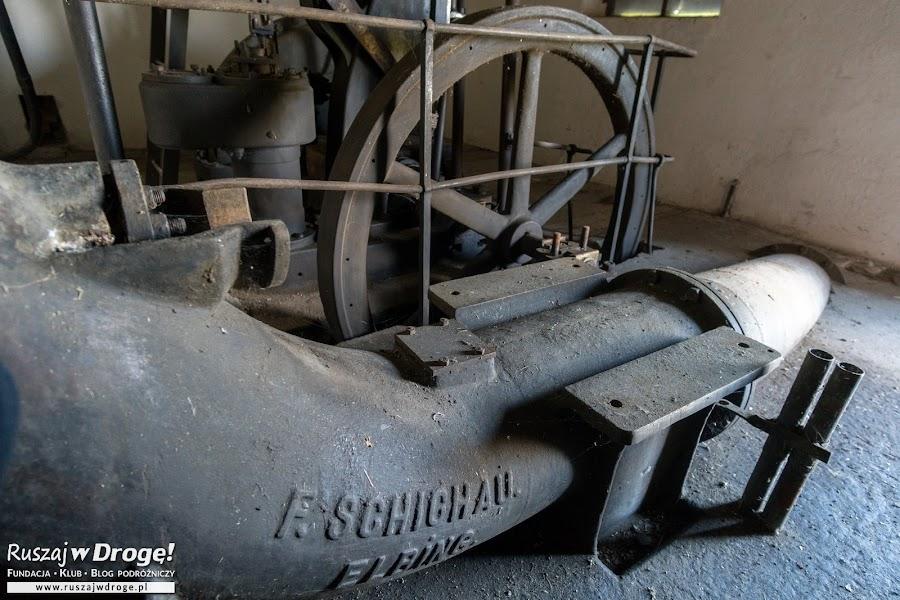 Zabytkowa pompa w Różanach