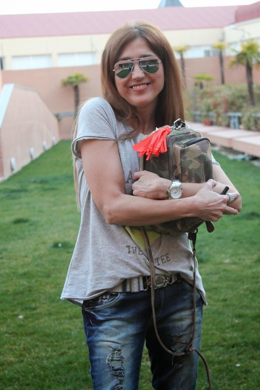 Street style, fashion blogger, blog de moda, look, jeans destroyer, bolso camo, tshirt  The Hip Tee, Carmen Hummer