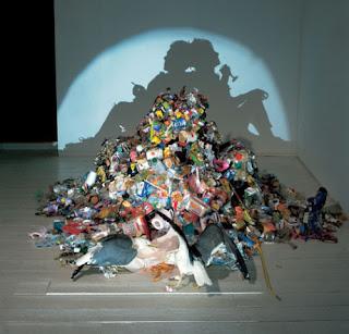 escultura hecha a partir de basura y sombras