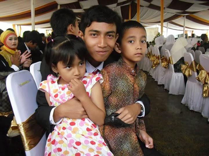 Adam Azkiya SMKN 13 Bandung Wisuda dengan Adik adiknya