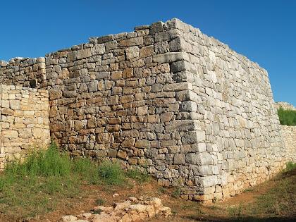 La torre rectangular, adossada a la muralla, més espectacular del conjunt del Montgrós