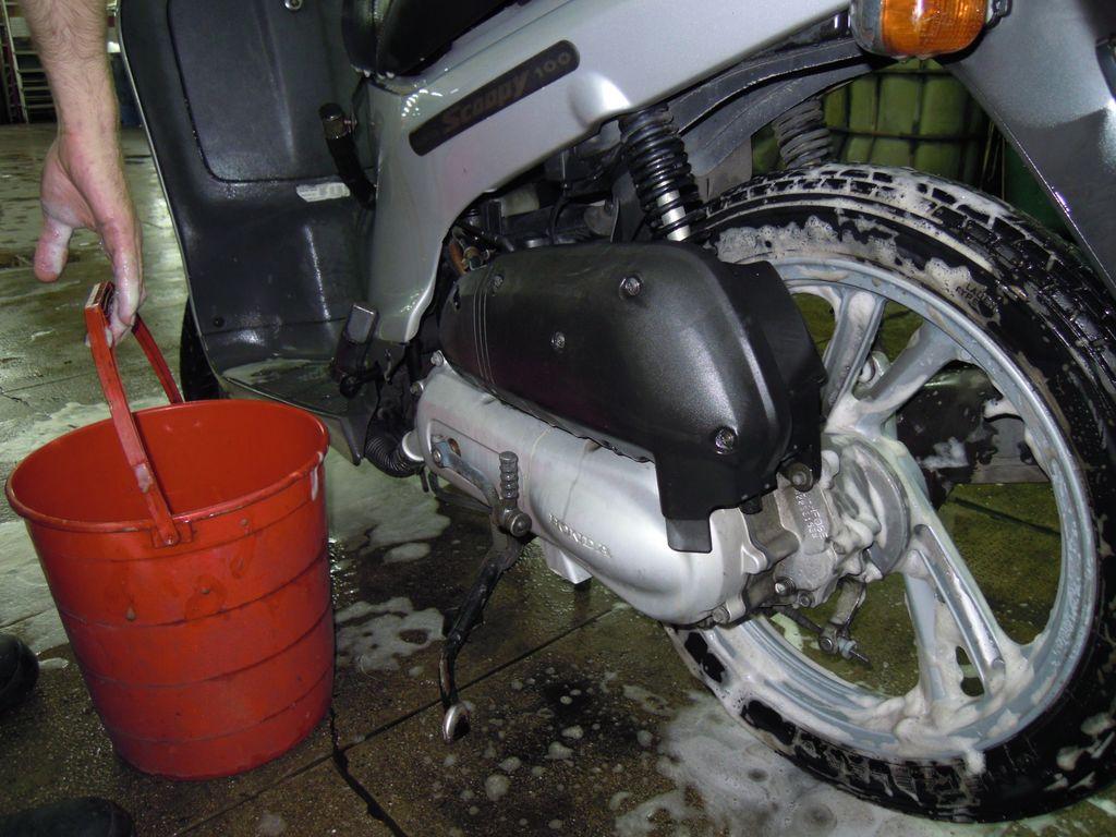 Lavado a mano de coches y motos limpieza de coches for Limpieza de coches barcelona