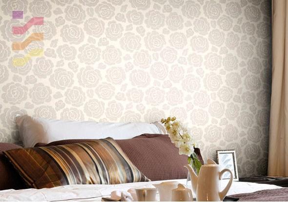 wnętrze sypialni z tapetą w kwiaty