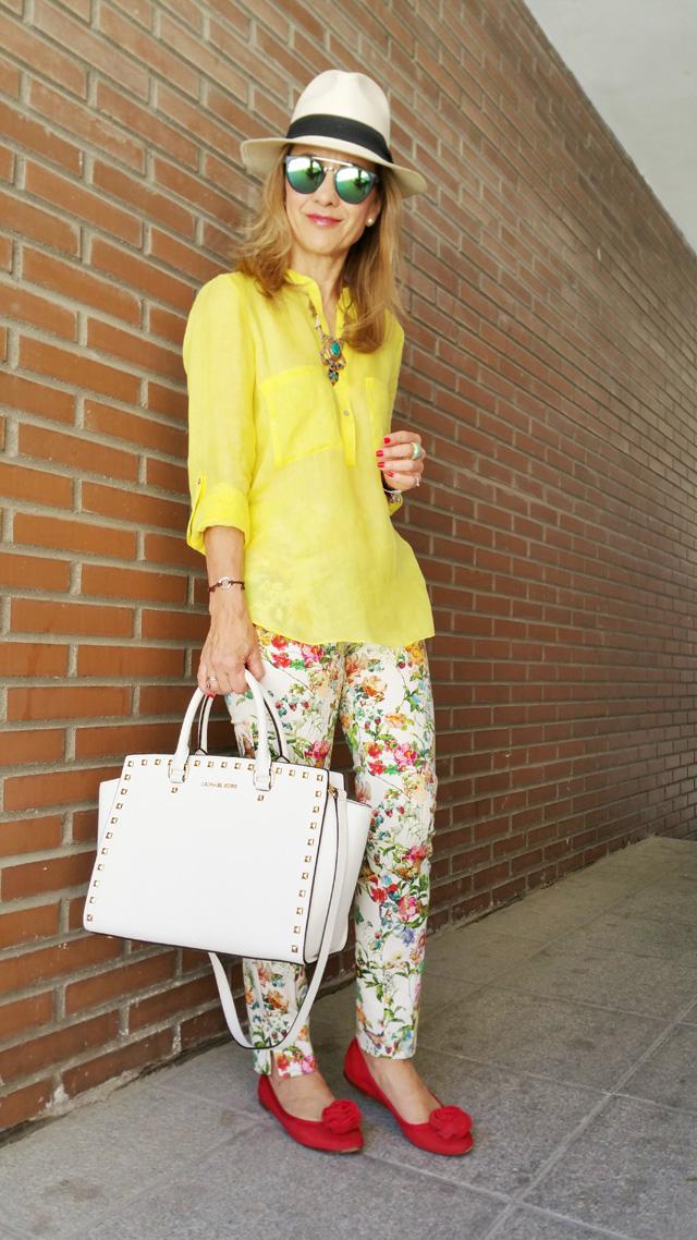 Como combinar pantalon floral camisa amarilla