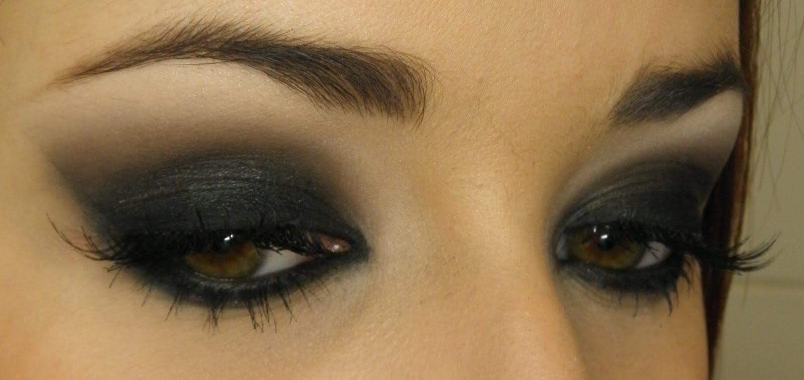 Макияж под темно зеленое платье для серых глаз