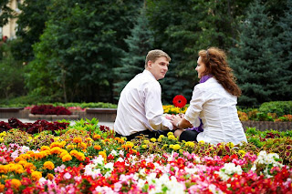 Enamorados en el jardín de las flores