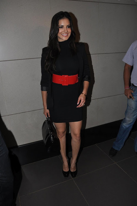 sunny leone snapped at mumbai international airport.