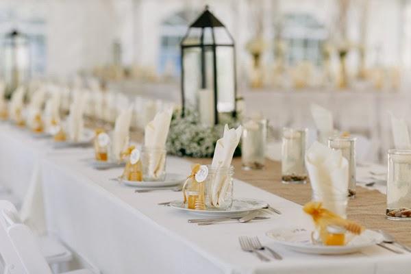convite de boda bajo una carpa blanca