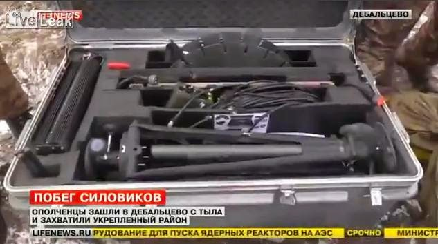 Domobranci zkoumají západní zbraně, které byly nalezeny v Debalcevu