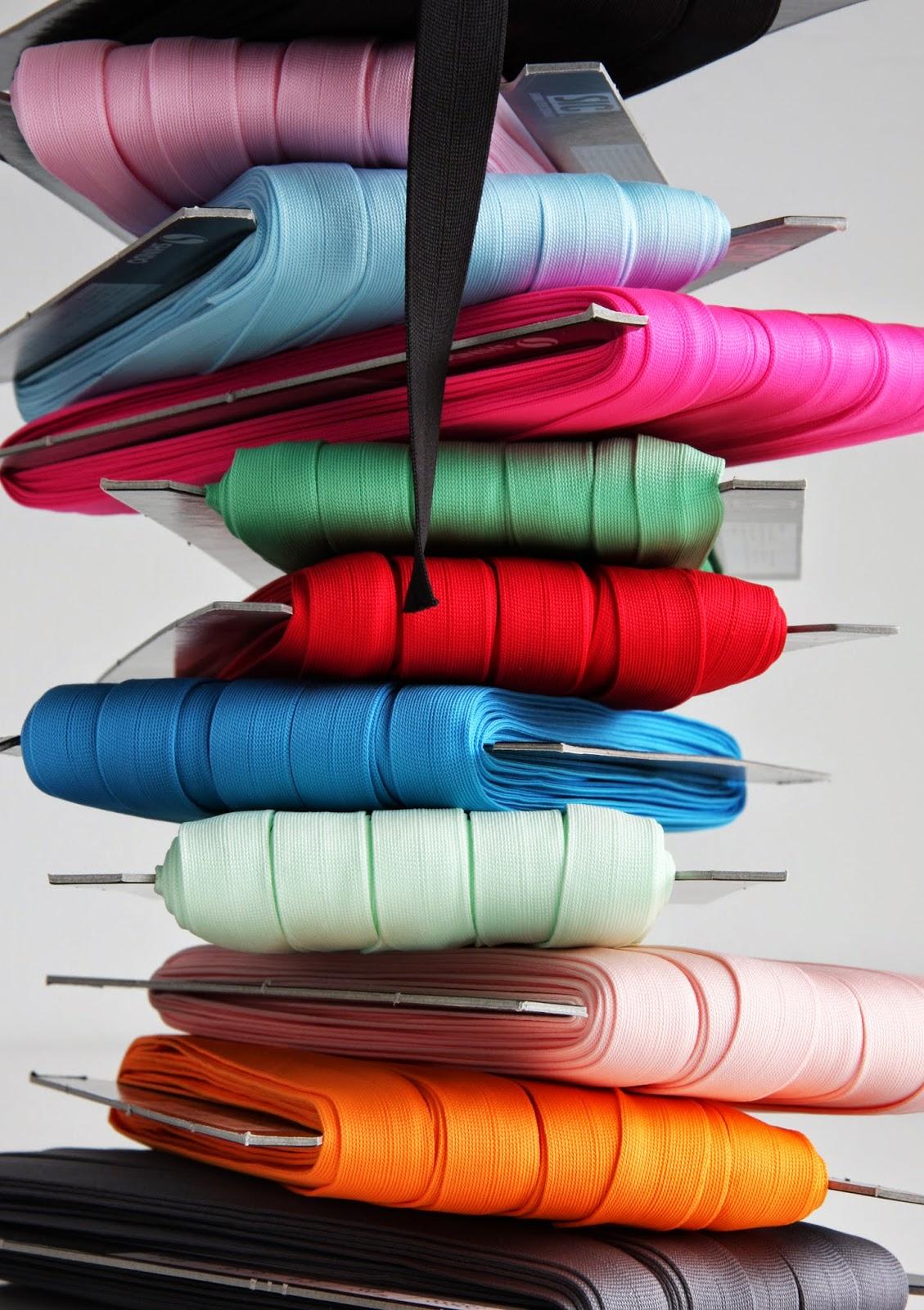 Stikket foldebånd i mange farver som foldes på midten og bruges til kantninger.