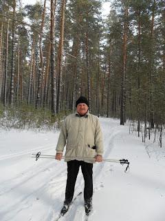 на лыжах в лесу