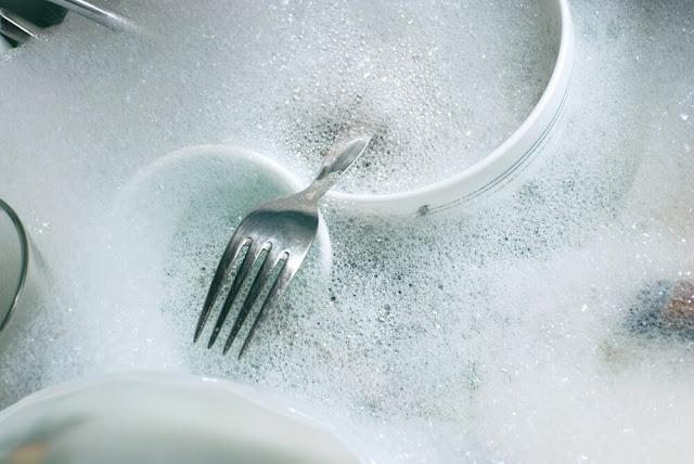 mencuci peralatandapur dan makan dengan direndam