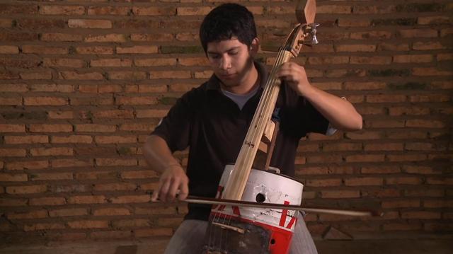 Crianças transformam lixo em instrumentos musicais