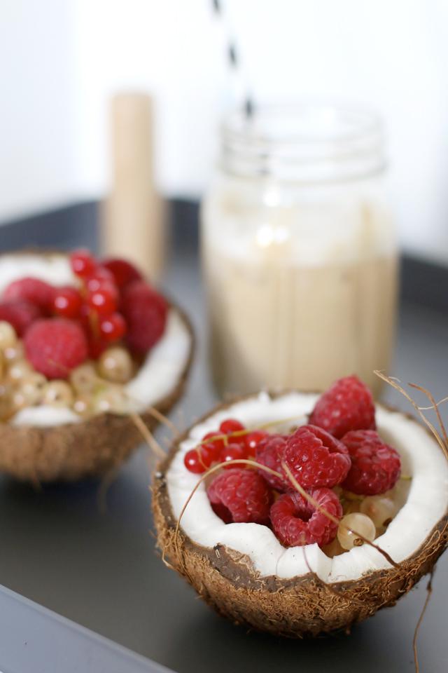 Früchte in Kokosnusschale, Früchte in Kokosnusshälften