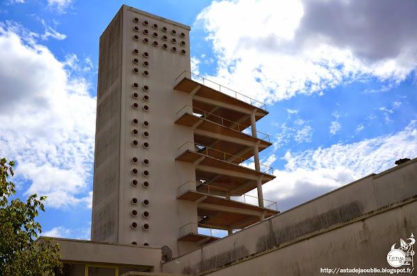 Bordeaux - Caserne pompiers  Architectes: Claude Ferret, Adrien Courtois, Yves Salier  Panneaux de façade: Jean Prouvé  Construction: 1954