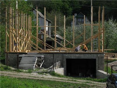 Первый этаж возведения каркаса для соломенного дома