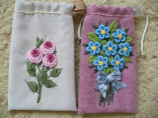 Вышивка на вязаном полотне цветы