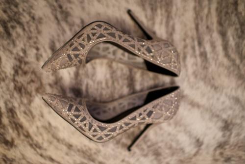 Beżowe, zdobione kryształkami, eleganckie szpilki.
