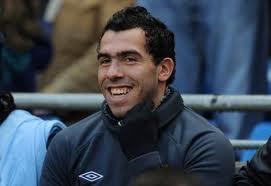Carlos Tevez en el banco campera azul pelo corto sonrisa