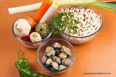 Ingredientes crudos de las fabes con almejas