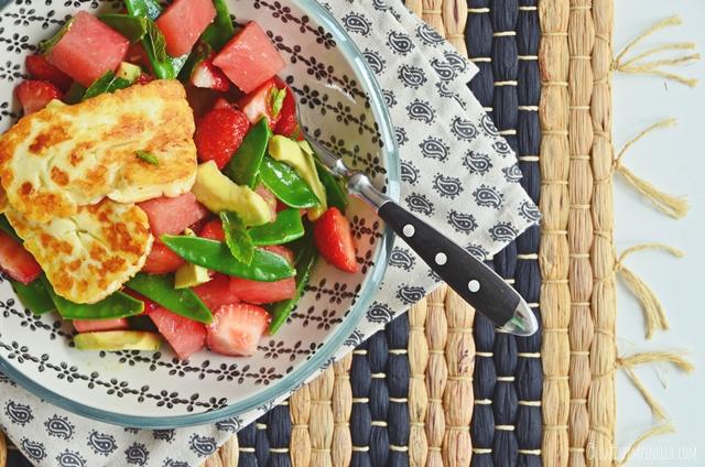 luzia pimpinella | food | rezept für melonensalat mit zuckerschoten, erdbeeren, avocado & gebratenem halloumi käse
