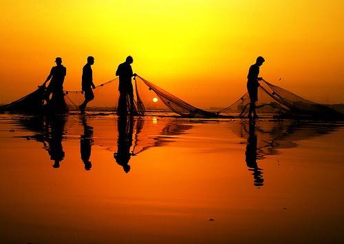 Resultado de imagen de barca de pescador con red