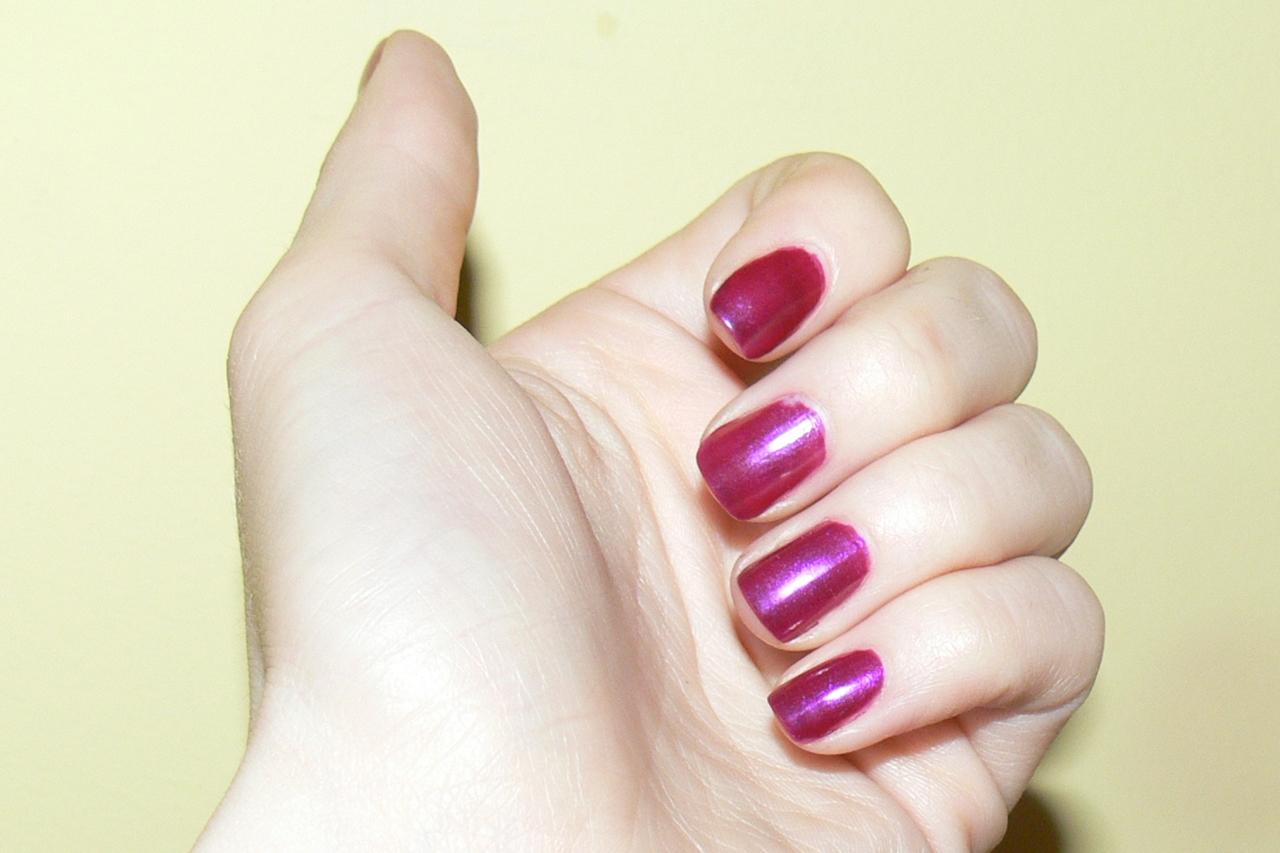 Eveline, Colour Show, nr 431 na paznokciach w sztucznym świetle