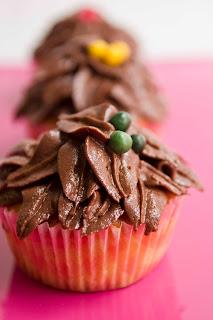 Cupcakes de vainilla y hojas de chocolate