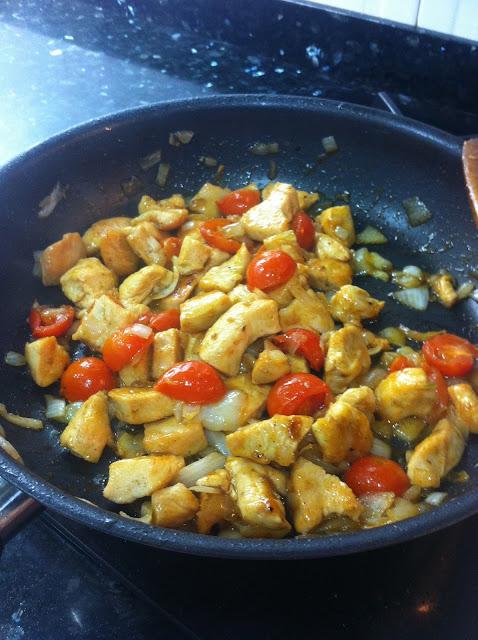 Pollo a la miel con tomates cherry y cebolleta