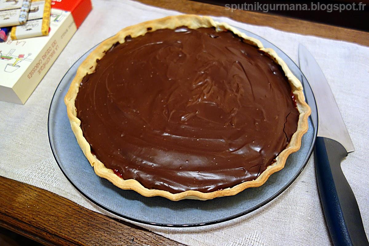 Шоколадный тарт с малиновым вареньем